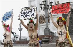 protesto-femen-moscovo-belas-gajas-loiras-nuas-mostram-lindas-mamas-russia