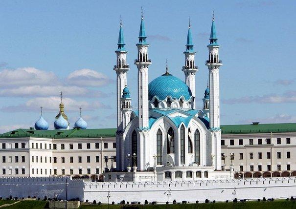144446_la-mosquee-de-kul-sharif-et-l-eglise-de-l-annonciation-dans-l-enceinte-du-kremlin-de-kazan-capitale-du-tatarstan