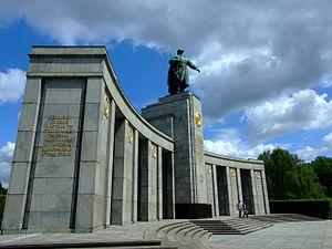 300px-Berlín,_Tiergarten,_sovětský_památník.jpg