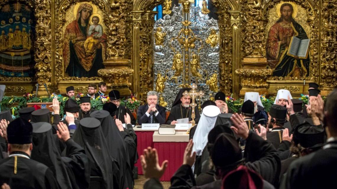 Le-président-Porochenko-au-milieu-des-évêques-de-la-nouvelle-Eglise-orthodoxe-ukrainienne-unifiée-www.president.gov_.ua-2.jpg